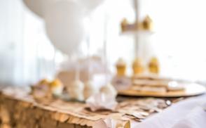 Кенди бар на свадьбу золотом цвете